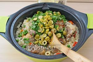 Снимаем с плиты, добавляем оливки и зелень.