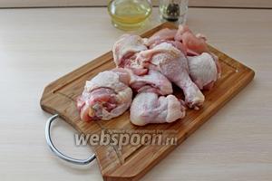 Цыплёнка разделить на порционные части.