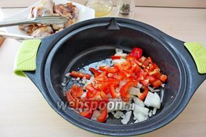 Обжаренного цыплёнка вынуть и в этом масле обжарить лук и перец 4-5 минут.
