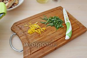 С 1/2 лимона снять цедру и мелко нарезать, также нарезать мелко свежий чабрец.
