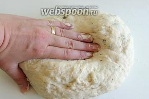 Добавим листики тимьяна и вымесим руками покладистое, мягкое, однородное тесто. Оно не должно липнуть к рукам.