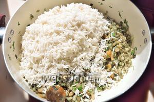 Прошел 1 час и сейчас вылейте воду, где замачивался рис, и положите рис к креветкам.