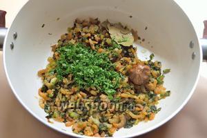 И нарезанные листья сельдерея. Он придаёт особый вкус блюду.