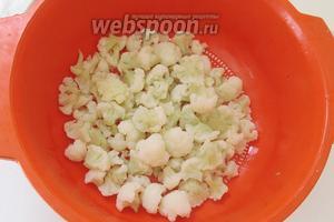 Когда капуста готова, сольём воду и оставим капусту в дуршлаге.