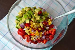 Сложить все овощи и фрукты в миску. Перемешать.