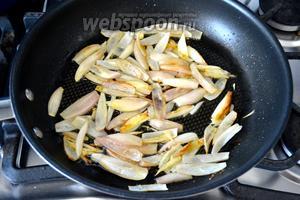 В сковороде разогрейте 1 ст. л. сливочного масла и 1 ст. л. растительного масла и обжарьте лук до прозрачности.