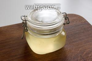 Тёплый, ещё жидкий смалец, перелейте в чистую стеклянную или глиняную ёмкость через ситечко или несколько слоёв марли.
