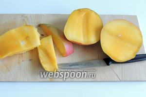 Разрезаем манго вдоль кости. Отделяем ножом мякоть фрукта от кожуры и кости.