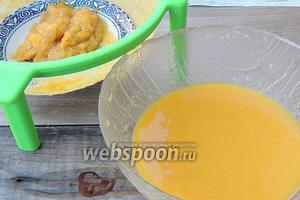Процедим сок манго от мякоти через мелкое сито, хорошо выжимая. Мякоть нам больше не понадобится. Но можно и не процеживать, просто хорошо измельчить блендером, тогда курд будет более густой.