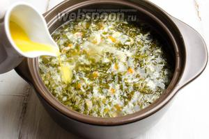 Влить яичную массу струйкой в кипящий борщ, тщательно размешивая её вилкой, чтобы не было комков.