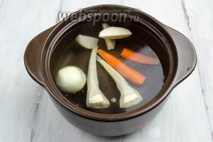 Приготовить бульон из корешков. Овощи очистить, вымыть, крупно нарезать. Залить холодной водой, поставить на медленный огонь томиться в течение 1 часа 20 минут.