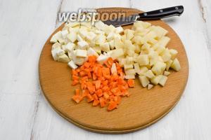Тем временем подготовить овощи для борща. Картофель, корень сельдерея, морковь, лук, свёклу очистить. Вымыть. Нарезать мелко кубиком.