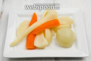 Из готового бульона вынуть овощи. Их можно пюрировать и приготовить котлеты.