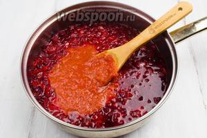 Добавить томатную заправку или густой томатный сок. Перемешать. Томить 2-3 минуты.