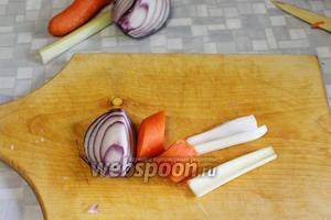 Крупно порезать часть лука, моркови, сельдерея,