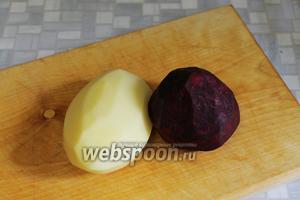 Очистить крупную картофелину и свёклу.