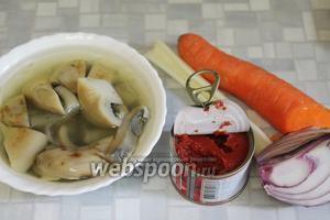 Для заправки приготовить грибы, морковь, томатную пасту, лук, сельдерей. Ещё в заправку пойдёт свёкла из бульона и морковь.