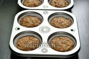Разложить тесто по формам, заполнив их на 3/4. Формы лучше смазать маслом. Ставим запекаться в духовку на 20 минут при 220°С, затем ещё 15 минут при 200°С.