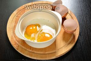 Теперь нужно приготовить яичные блинчики. На мой кусок мне потребовалось 2 блина. На каждый блин я использовала 2 яйца и 10 мл молока. Молоко можно совсем не добавлять. Немного посолить. Всё смешать до однородности, взбивать не надо.