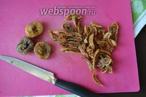 Орехи мелко порубите. А сушёный инжир залейте на 2-3 минуты горячей водой, после — нарежьте полосками.