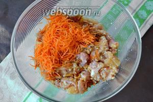 Морковь натереть на тёрке и добавьте к мясу.