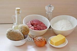 Приготовим ингредиенты для теста: мука, соль, масло подсолнечное и кипяток. Для первой начинки — фарш мясной, сыр, перец молотый. Для второй начинки — картофель, лук и 1 ст. л. растительного масла, также 2 ст. л. растительного масла для жарки пельменей.