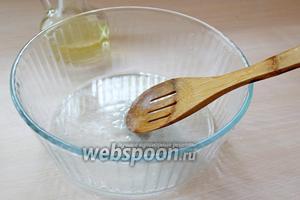 Пока остывает начинка, приступим к приготовлению теста. Смешать растительное масло с солью.