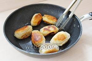 Далее обжариваем пельмени на раскалённой сковороде, на растительном масле, со всех сторон на медленном огне. Подаём горячими со сметаной.