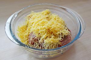 Добавить в фарш сыр и хорошо перемешать.