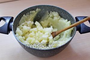 Пюрировать картофель.