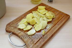 Картофель очистить и нарезать на тонкие кольца, присолить и поперчить.