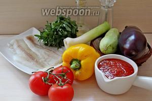 Приготовим все ингредиенты, такие как: филе минтая, баклажан, кабачок, перец сладкий, лук-порей, помидоры, томатное пюре, соль, перец и пряную траву чабрец.