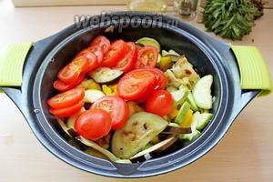 Выложить помидор к овощам, присолить и приправить, и жарить ещё 2 минуты.