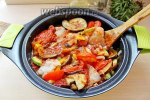 Перемешать, чтобы рыбка была под овощами и томатным соусом. Поставить на огонь, довести до кипения, убавить огонь до минимума, накрыть сотейник крышкой и тушить рыбу с овощами минут 20.