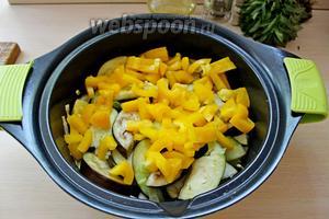 Добавить перец к овощами и жарить 2-3 минуты, посолить.