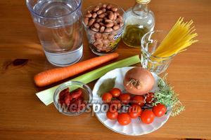Приготовить все ингредиенты для супа: красную фасоль, лук, морковь, стебель сельдерея, помидорки-черри, томатная паста (концентрат), спагетти, веточки тимьяна, лавровый лист, соль и перец по вкусу, оливковое масло и кипяток (или бульон, по желанию).