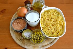 Ингредиенты: любая паста (у меня «бабочки»), тунец консервированный в масле, горошек (консервированный или замороженный), луковица, сливки, оливковое масло, соль и перец по вкусу.