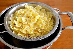 Тем временем, отварите пасту... Налейте и отставьте в сторону 0,5 стакана воды от варки пасты (она вам может понадобиться, чтобы разбавить соус). Готовую пасту слейте.