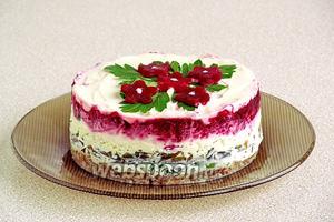 Аккуратно снять формовочное кольцо. Украсить салат по своему усмотрению.