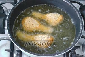 В кастрюле с высокими бортиками разогреть растительное масло. Обжаривайте куски цыплёнка небольшими порциями, чтобы температура масла не понижалась. Обжарить со всех сторон до появления золотистой корочки. После этого выложить кусочки цыплёнка на тарелку на бумажное полотенце.