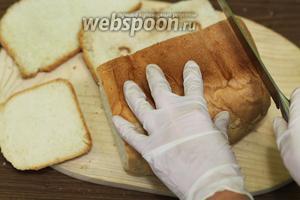 Берём булку хлеба и острый нож. Обрезаем со всех сторон корочку, можно немного с мягкой частью. Мягкую часть хлеба можно использовать для приготовления сухариков для первых блюд и салатов. Нам понадобятся только корочки. После взвешивания корочек, их получилось 410 грамм.