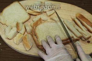 Корочки нарезаем произвольно на полосочки, их, в свою очередь, разрезаем пополам.