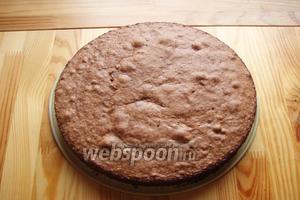 Готовый бисквит достаём из духовки, остужаем и извлекаем из формы.