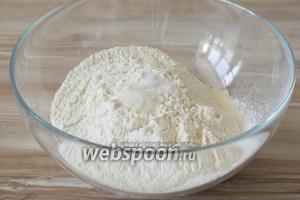 В миску просейте муку, добавьте сахар, соль.
