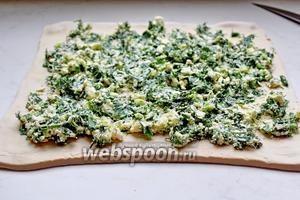 Поверх выложить ровным слоем творожную начинку, отступая от краёв по 2 см.