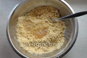 Далее вливаем сок ананаса, воду, в которой вымачивался ананас.