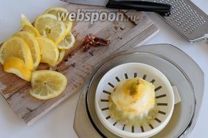 Очистим чили от семян и нарежем на маленькие кусочки. 2 лимона наражем на пластинки. 1 лимон — отделим цедру и выжмем сок.
