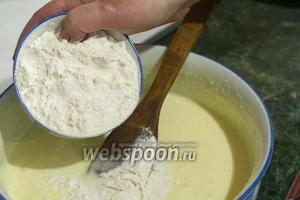 Осторожно всыпаем просеянную муку во взбитые с сахаром яйца.