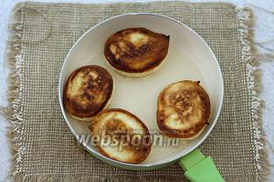 В сковороде разогрейте масло. Выложите ложкой тестовую массу. Обжарьте на маленьком огне до румяного цвета с двух сторон.