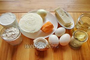 Для начала подготавливаем ингредиенты: яйца, сахар, сыр, соль, сметану, муку, ванилин, чеснок, специи, перец, морковку, лук, капусту, масло.